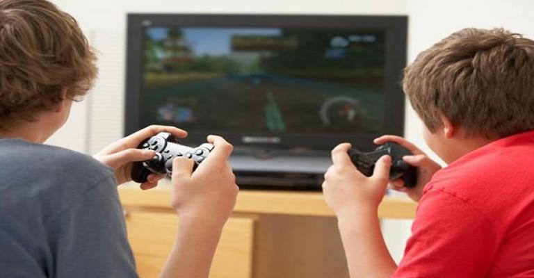 Vício em jogos online e sedentarismo são as maiores preocupações dos pais latinos