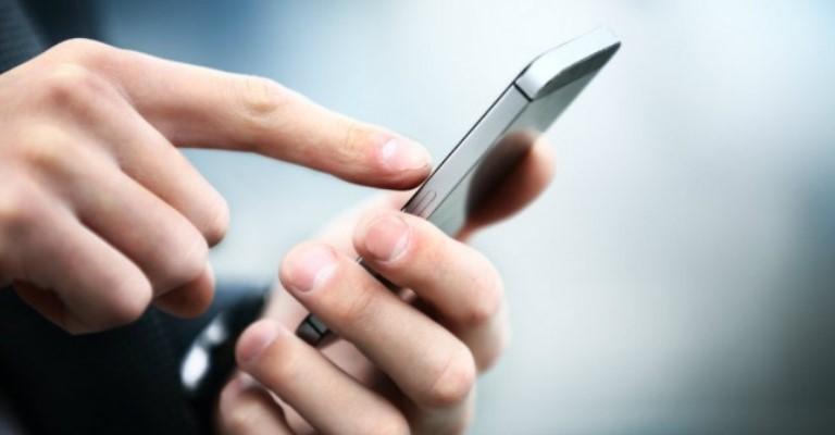 Uso excessivo do celular pode causar dores e inflamação dos dedos