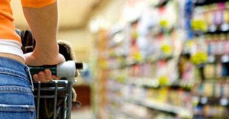 Queda na intenção de consumo das famílias desacelera