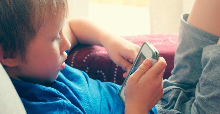 Aplicativo bloqueia conteúdo adulto no celular de crianças