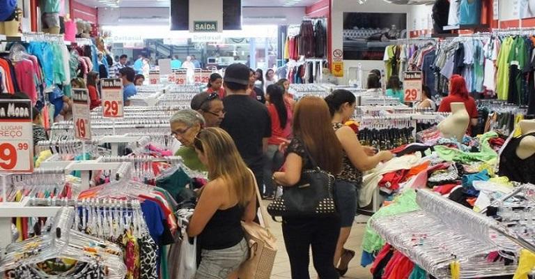Índice de confiança do consumidor permanece em queda