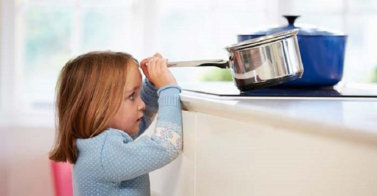 Isolamento de crianças em casa: atenção redobrada aos riscos de acidentes domésticos