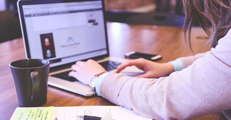 Startup oferece curso de inglês online e gratuito com mais de 200 aulas