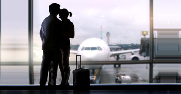 Companhia aérea deve indenizar casal por voo cancelado