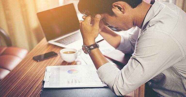 Longas horas de trabalho aumentam risco de morte, diz OMS