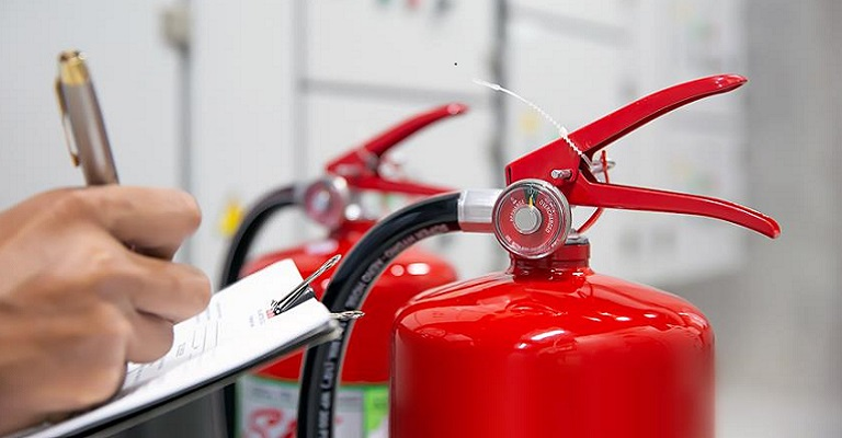O que você precisa saber sobre extintores de incêndio em empresas