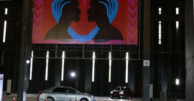 São Paulo recebe exposição drive-thru com painéis gigantes