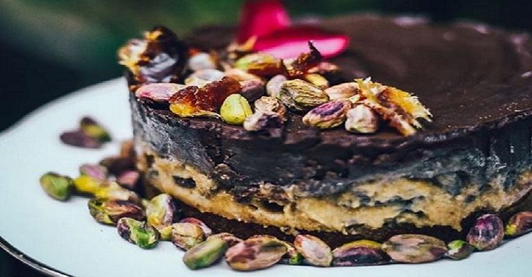 Para comer rezando: torta de pistache, tahine, tâmaras e chocolate