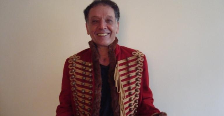 Arnaldo Baptista coloca em rifa seu lendário casaco inglês
