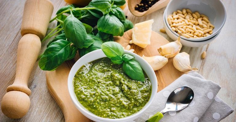 """Aprenda a preparar um """"Molho Pesto"""" danado de bom!"""