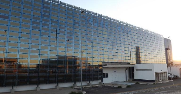 Maior fachada de vidro com filmes solares do mundo é instalada em Anápolis