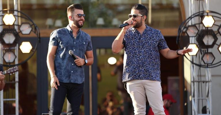"""""""Figurinha"""", de Douglas e Vinicius, alcança marca de 100 milhões de streamings"""