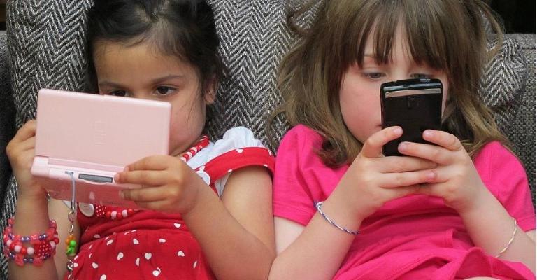 Doc mostra efeitos assustadores de TVs e celulares sobre o cérebro de crianças