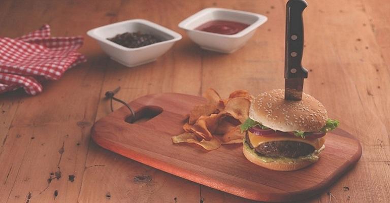 Comemore o dia do hamburger com um delicioso blend de carnes e molho barbecue