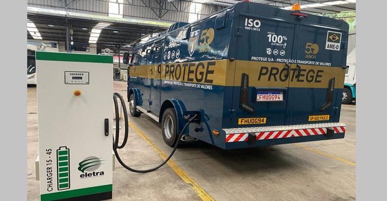 Primeiro carro-forte 100% elétrico é brasileiro e reciclado