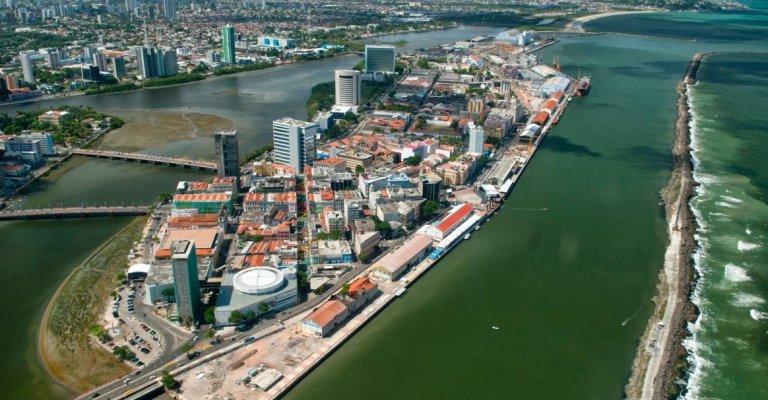 Jovens de baixa renda recebem treinamento para trabalhar no Porto Digital, em Recife