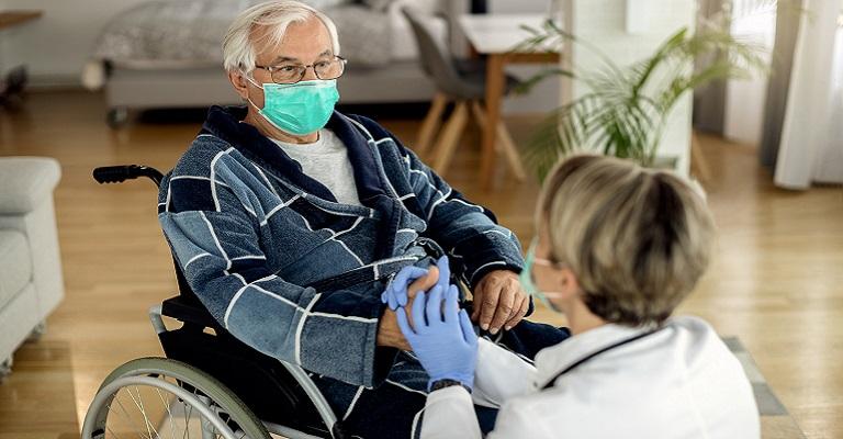 Dicas de adaptações para cuidar da saúde do idoso no inverno