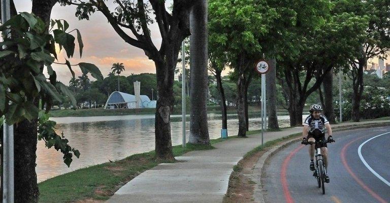 Número de ciclistas supera o de veículos motorizados na lagoa da Pampulha